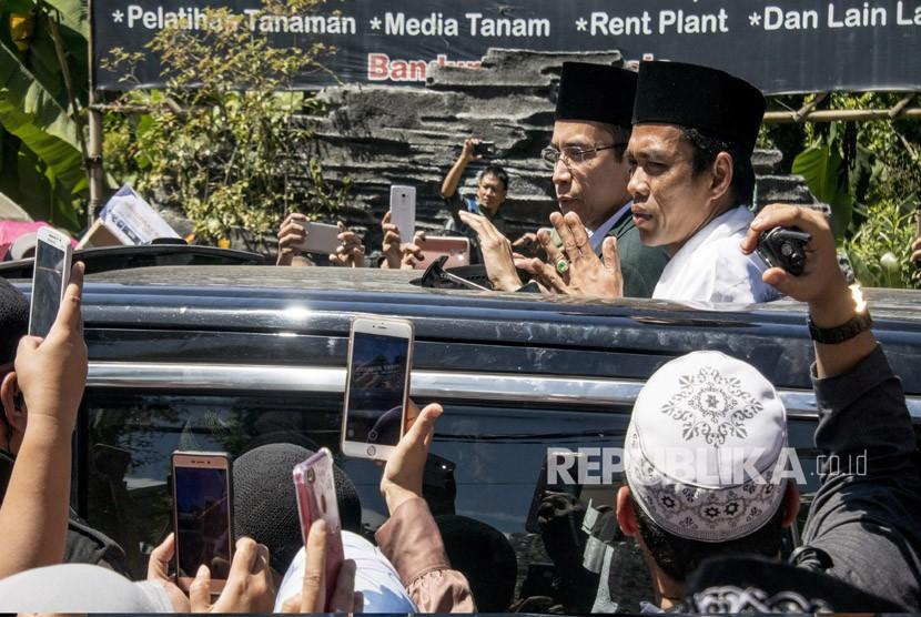 Gubernur Nusa Tenggara Barat TGB Zainul Majdi (kiri) bersama Ustaz Abdul Somad (kiri) menyapa warga usai mengisi kajian tauhid di Eco Pesantren Daarut Tauhiid, Kabupaten Bandung Barat, Jawa Barat, Ahad (1/4).