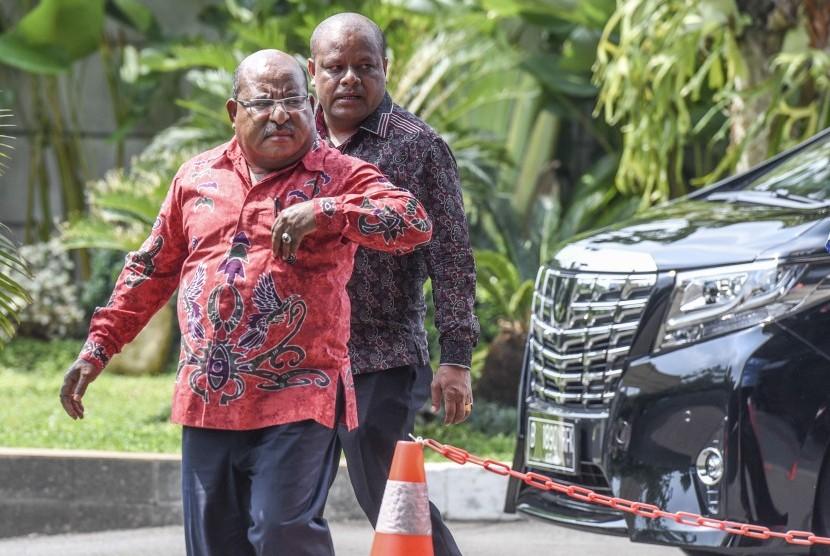 Gubernur Papua Lukas Enembe (kiri).