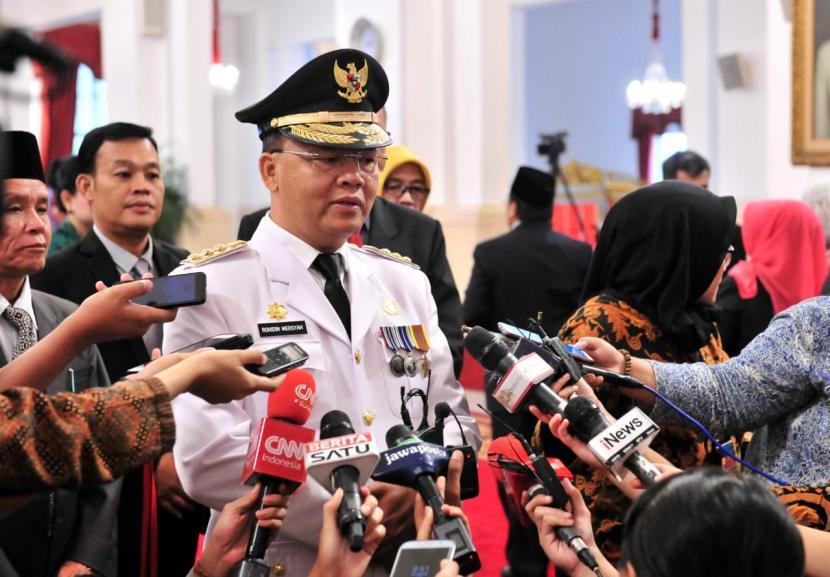 Gubernur Provinsi Bengkulu yang juga Ketua DPD Partai Golkar Bengkulu Rohidin Mersyah berbicara kepada awak media usai pelantikan di Istana Negara, Kamis (25/2).