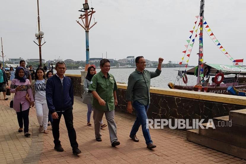Gubernur Provinsi DKI Jakarta, Anies Baswedan didampingi Wakil Direktur Utama Taman Impian Jaya Ancol, Teuku Sahir Syahali menyapa pengunjung Ancol, Rabu (27/6).