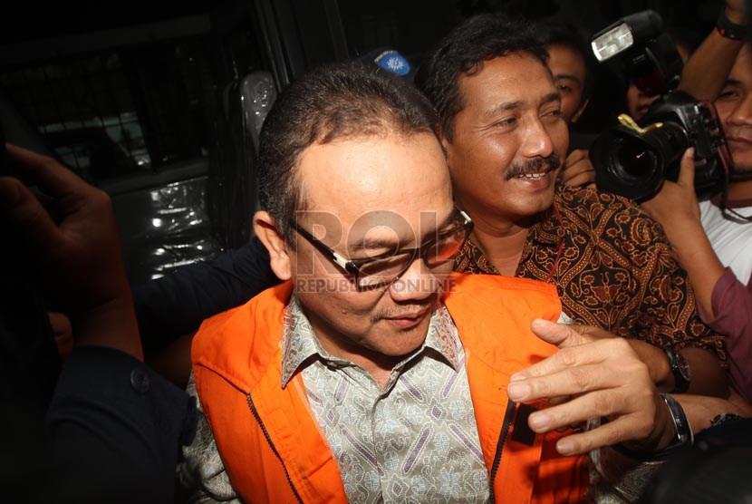 Gubernur Riau Rusli Zainal mengenakan baju tahanan KPK usai menjalani pemeriksaan di Gedung Komisi Pemberantasan Korupsi, Jakarta, Jumat (14/6).    (Republika/Adhi Wicaksono)