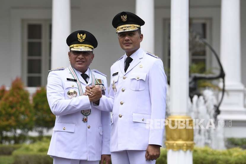 Gubernur Sumatera Utara Edy Rahmayadi (kiri) bersama Wakil Gubernur Musa Rajekshah (kanan) melakukan salam komando usai pelantikan di Istana Negara, Jakarta, Rabu (5/9).