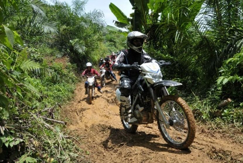Gubernur Sumatera Barat, Irwan Prayitno melakukan kunjungan ke lokasi daerah terisolir dengan motocros