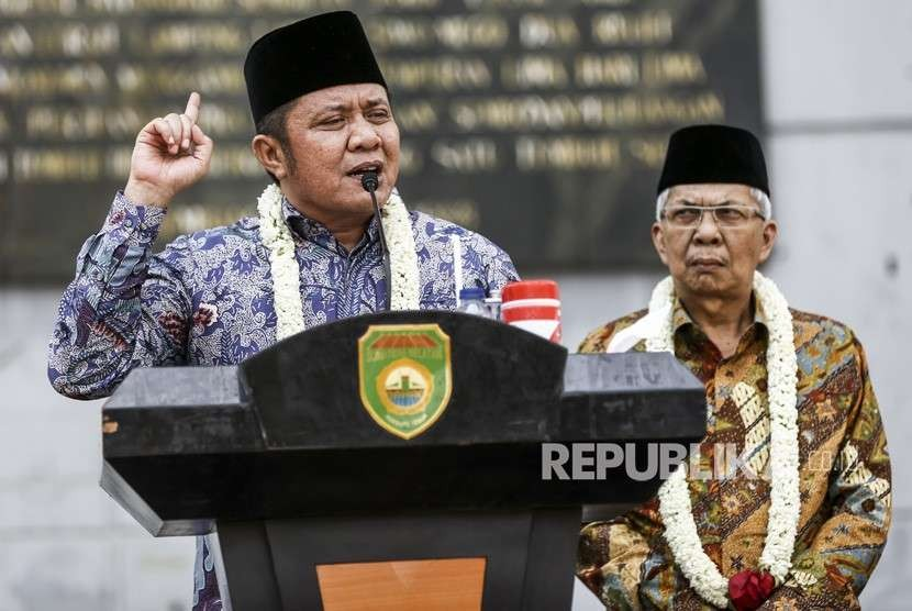 Gubernur Sumatera Selatan Herman Deru (kiri) bersama Wakil Gubernur Mawardi Yahaya, menyampaikan pidato perdananya di Monumen Perjuangan Rakyat (Monpera) Palembang, Sumatera Selatan, Selasa (2/10).