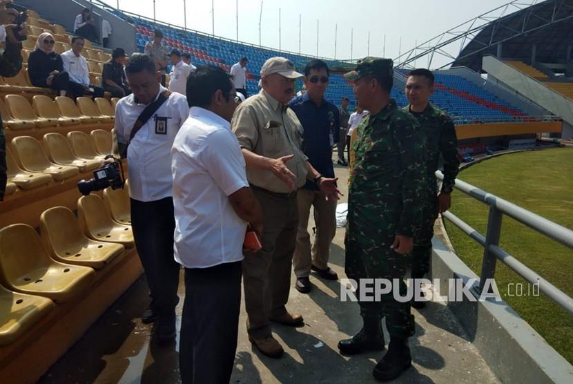 Gubernur Sumatera Selatan (Sumsel), Senin (23/7) meninjau perbaikan kursi stadion Gelora Sriwijaya di komplek Jakabaring Sport City (JSC) yang dirusak oknum suporter pada laga Liga 1 Indonesia antara Sriwijaya FC melawan Arema FC, Sabtu (21/7).