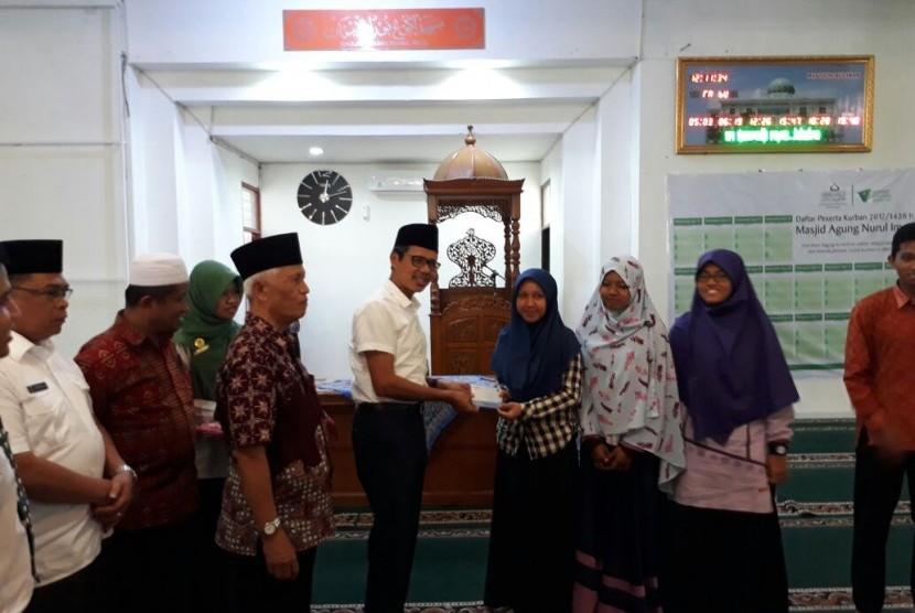 Gubernur Sumatra Barat Irwan Prayitno menyerahkan zakat pendidikan sebesar Rp 1,5 miliar kepada 630 pelajar perguruan tinggi, Rabu (9/8). Nominal yang diterima setiap mustahiq berkisar antara Rp 1,5 juta sampai Rp 2 juta.