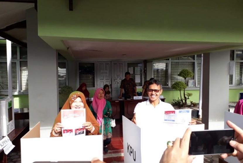 Gubernur Sumbar Irwan Prayitno bersama anggota keluarga mencoblos di TPS 10, Kelurahan Jati Baru, Kecamatan Padang Timur,  Kota Padang, Rabu (17/4).
