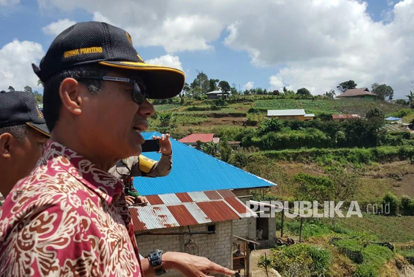 Gubernur Sumbar Irwan Prayitno (IP) berkunjung ke rumah korban gempa di Solok. IP juga menyerahkan bantuan sebesar Rp 29 juta kepada korban. Sedikitnya 70 rumah mengalami kerusakan akibat gempa 5,4 SR pada Sabtu (21/7) kemarin.