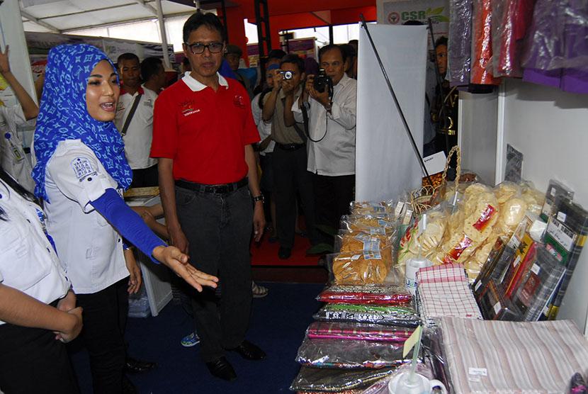 Gubernur Sumbar, Irwan Prayitno meninjau stand PNM pada acara Padang Fair