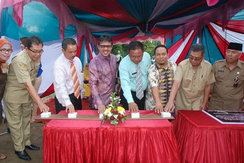 Gubernur Sumbar (keempat dari kiri) meresmikan jembatan.