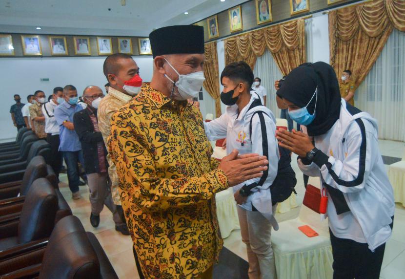 Gubernur Sumbar, Mahyeldi (kiri) melepas sejumlah atlet kontingen PON Sumbar ke Papua, di Kantor Gubernur Sumatera Barat, di Padang, Senin (27/9/2021). Kontingen Sumbar dengan 188 atlet resmi dilepas untuk mengikuti PON Papua dan bertekad meraih peringkat 10 besar.