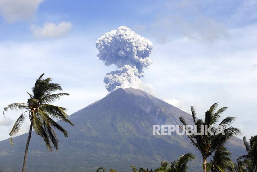 Gunung Agung memuntahkan abu dan asap di Karangasem, Bali, Rabu (4/7).