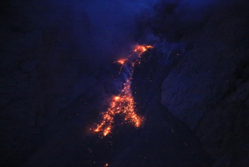Gunung api aktif yang terletak sekitar 50 km dari Pulau Lembata ini secara rutin mengeluarkan lavanya setiap 20 menit sekali dari tengah Laut Flores.