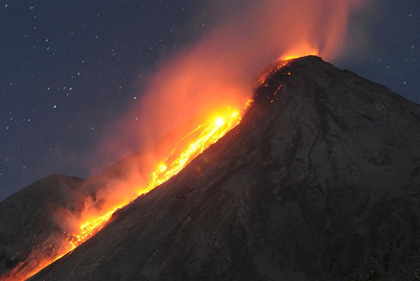 Gunung api Karangetang memuntahkan lava pijar di Siau kepuluan Sitaro, Sulawesi Utara, Senin (11/5) dini hari.  (Antara/Fiqman Sunandar)