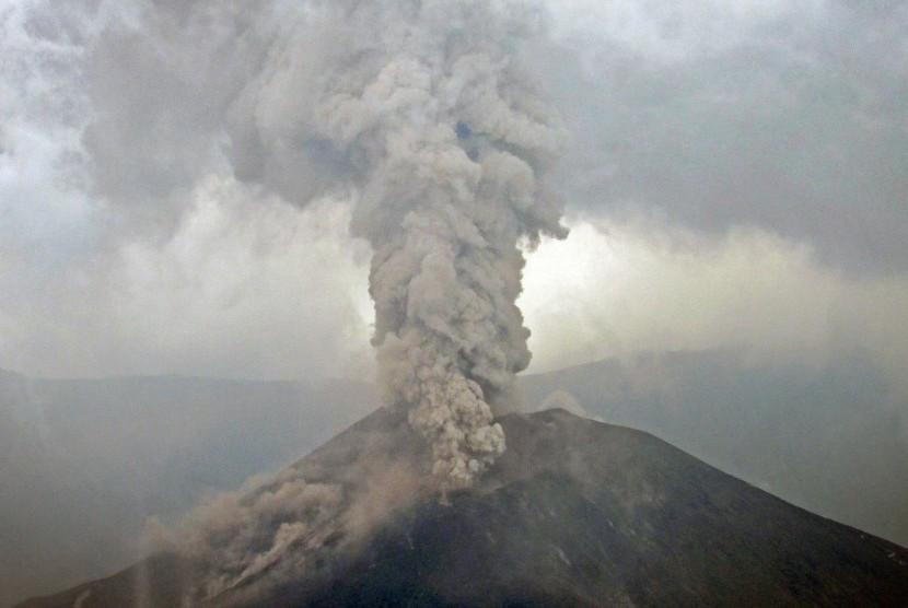 Gunung Barujari menyemburkan material vulkanik terlihat dari Danau Segare Anak Desa Sembalun Lawang, Kecamatan Sembalun, Selong, Lombok Timur, NTB, Senin (9/11).