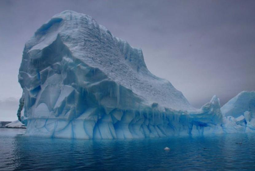 Gunung es di Antartika.