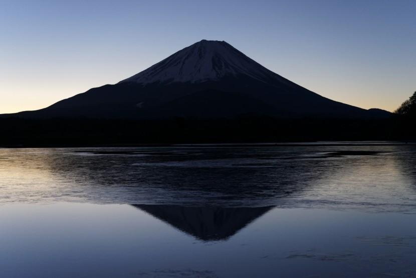 Gunung Fuji tampak dari Danau Shoji di Prefektur Yamanashi.