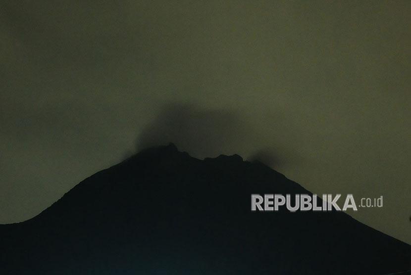 Gunung Merapi mengeluarkan asap terlihat di Stabelan, Tlogolele, Selo, Boyolali, Jawa Tengah, Jumat (25/5) dini hari.