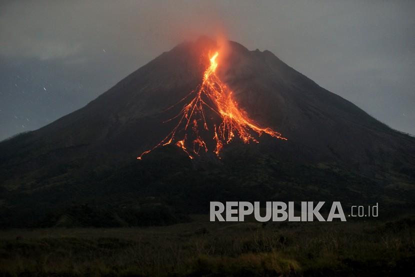 Gunung Merapi mengeluarkan awan panas guguran dipotret dari Srumbung, Magelang, Jateng.