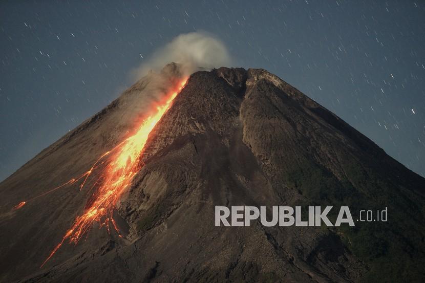 Gunung Merapi mengeluarkan awan panas guguran dipotret dari Turi, Kaupaten Sleman, Provinsi Daerah Istimewa Yogyakarta, Sabtu (24/4/2021).