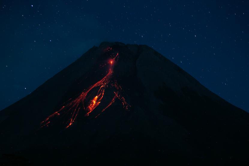 Gunung Merapi mengeluarkan lava pijar terlihat dari Turi, Sleman, DI Yogyakarta, Kamis (9/9/2021). Menurut data Balai Penyelidikan dan Pengembangan Teknologi Kebencanaan Geologi (BPPTKG) periode pengamatan Kamis, 9 September 2021 pukul 00:00-06.00 WIB telah terjadi 11 kali guguran lava pijar dengan jarak luncur maksimal 1.500 meter ke arah barat daya.