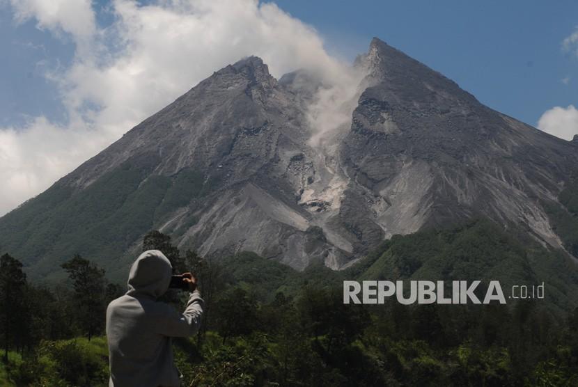 Gunung Merapi. Warga menyaksikan aktivitas guguran awan panas kecil Gunung Merapi di Balerante, Kemalang, Klaten, Jawa Tengah, Selasa (26/2/2019).