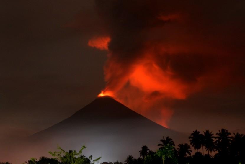 Gunung Soputan menghembuskan awan panas di Minahasa Tenggara, Sulawesi Utara, Minggu (16/12/2018).