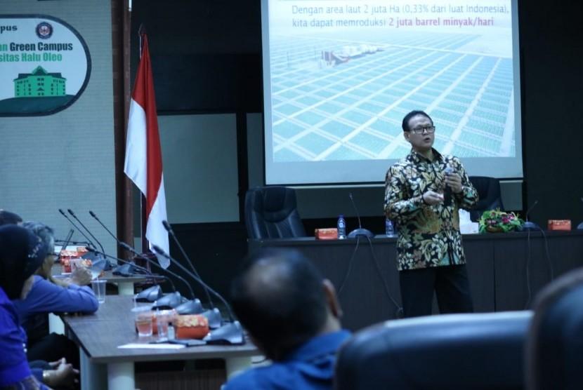 Guru Besar Fakultas Kelautan dan Perikanan IPB, Prof Dr Ir Rokhmin Dahuri MS memberikan kuliah umum di Universitas Halu Oleo, Kendari, Sulawesi Tenggara, Selasa (16/10).
