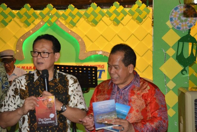 Guru Besar IPB, Prof Rokhmin Dahuri (kiri) dan Rektor Universitas Negeri Semarang (Unnes), Prof Fathur Rokhman.  Kredit foto: Dok Rokhmin Dahuri