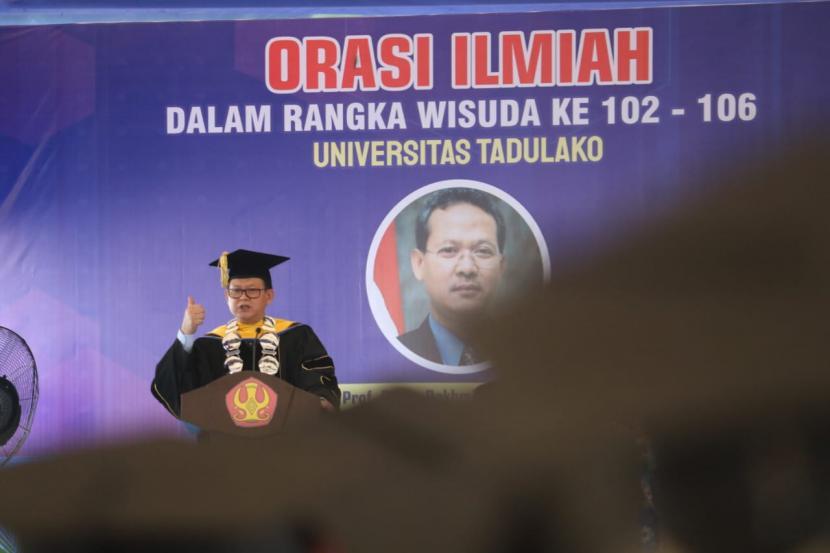 Guru Besar Perikanan dan Ilmu Kelautan University Prof Dr Ir Rokhmin Dahuri MS menyampaikan orasi ilmiah pada acara wisuda lulusan D3, S1, S2 dan S3  (Doktor) Angkatan 101 – 106 Universitas Tadulako (Untad), Palu, Sulawesi Tengah , Senin  (25/10).