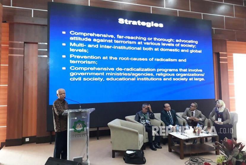 Guru Besar UIN Syarif Hidayatullah Jakarta Prof Azyumardi Azra menjadi pembicara dalam acara The 5th Meeting of Asian Islamic Universities Association (AIUA) di UIN Sunan Ampel Surabaya, Kamis (13/7). Konferensi tersebut salah satunya membahas mengenai upaya menyelesaikan masalah radikalisme.