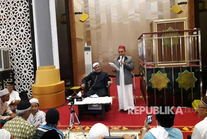 Guru besar Universitas Al Azhar Mesir Syekh Muhammad Nasr Addusuqi Al- Abbani tengah memberikan tausyiah tadi siang di Masjid Hubbul Wathan, NTB , Ahad (11/6).