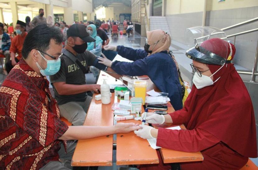 Guru dan tenaga pendidik di wilayah Jakarta Barat mengikuti program Vaksinasi Covid-19 di Sentra Vaksin Universitas Mercu Buana (UMB) Jakarta.