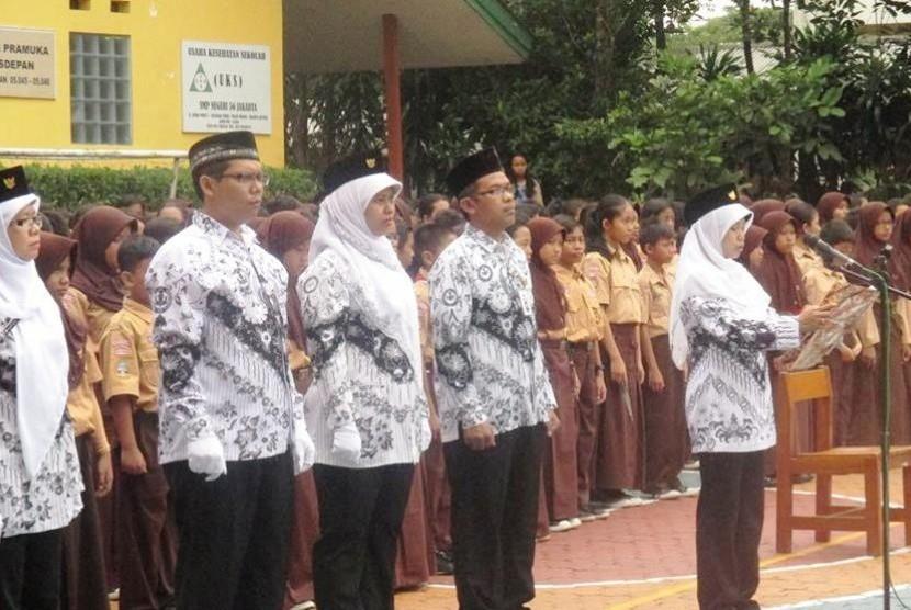 Guru-guru jadi petugas upacara di peringatan Hari Guru Nasional