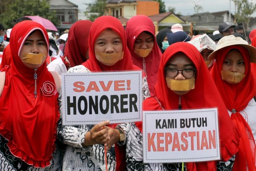 Guru honorer dan guru tidak tetap melakukan aksi tutup mulut saat menggelar aksi di halaman kantor Bupati Blitar, Jawa Timur, Senin (29/10/2018).