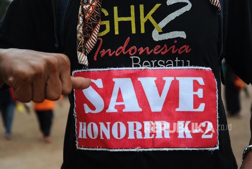 Guru honorer yang tergabung dalam Forum Honorer K2 Indonesia (FHK2I) mengikuti aksi di depan Istana Merdeka, Jakarta, Jumat (12/2). (Republika/Tahta Aidilla) ilustrasi