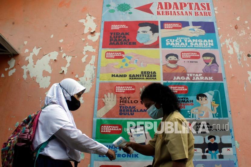 [Ilustrasi guru memeriksa suhu tubuh siswa] Kepala Dinas Pendidikan Kota Bogor Hanafi segera membuat surat edaran terkait penghentian pelaksanaan uji coba pembelajaran tatap muka (PTM) dan mengedarkan kepada pimpinan sekolah di Kota Bogor.