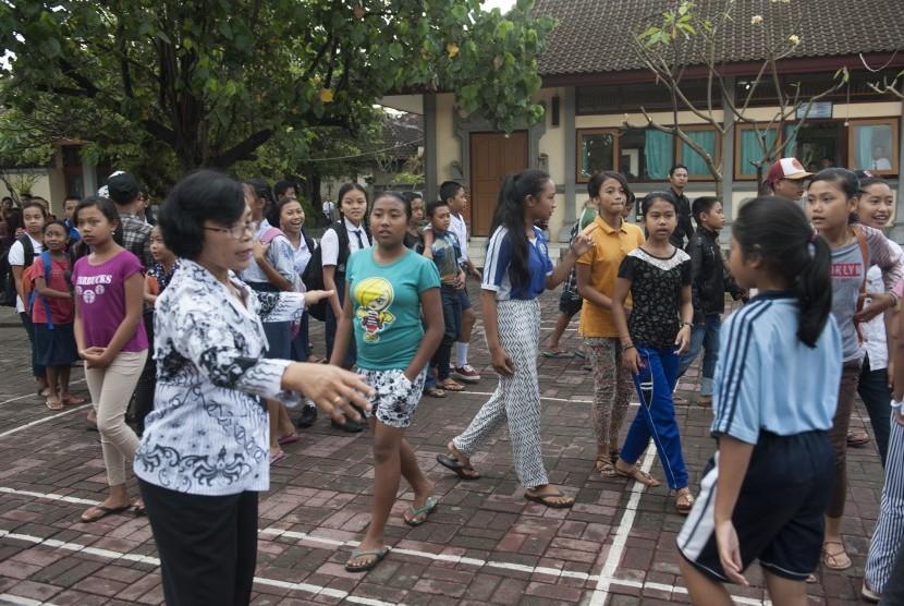 Guru mendata sejumlah anak pengungsi Gunung Agung di SMPN 3 Semarapura, Klungkung, Bali, Senin (25/9).