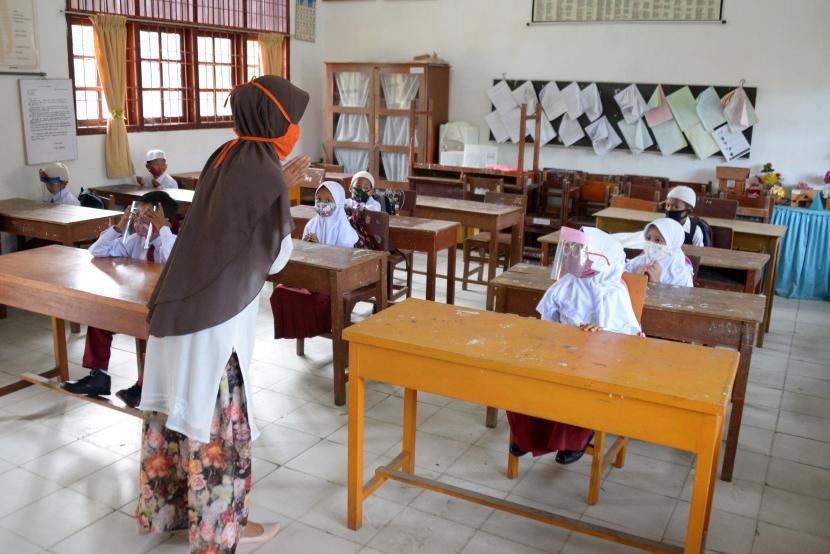 Guru mengajar di tengah pandemi covid 19 (ilustrasi)