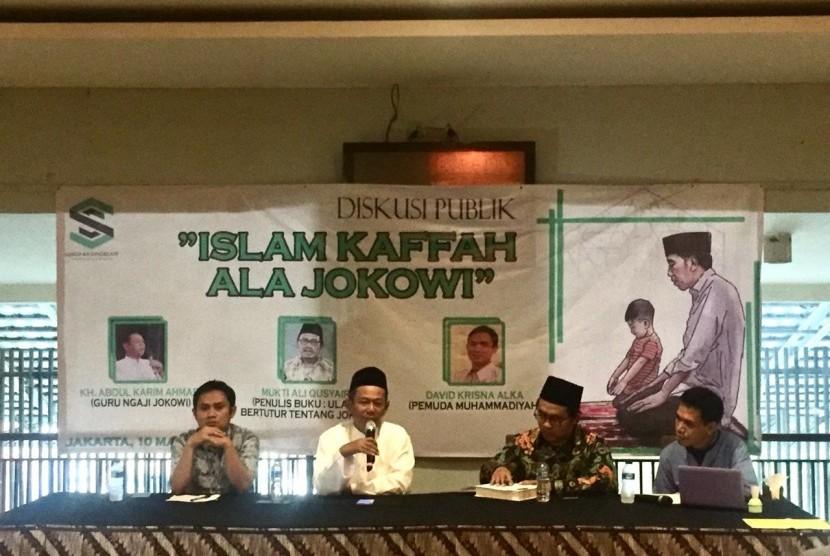 Guru ngaji Presiden RI Joko Widodo (Jokowi), KH Abdul Qarim, saat memberikan pandangannya dalam diskusi bertema 'Islam Kaffah ala Jokowi' di Cikini, Jakarta Pusat, Ahad (10/3).