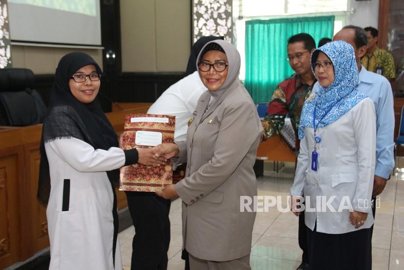 Guru PLPG Sleman. Penyerahan sertifikat guru-guru Pendidikan dan Latihan Profesi  Guru (PLPG) di Aula Bappeda Kabupaten Sleman.