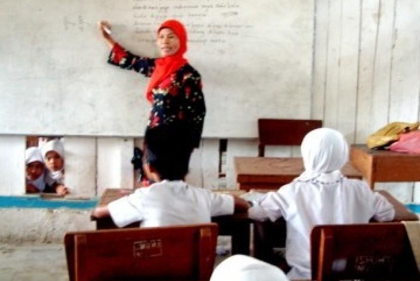 Guru sedang mengajar (ilustrasi)