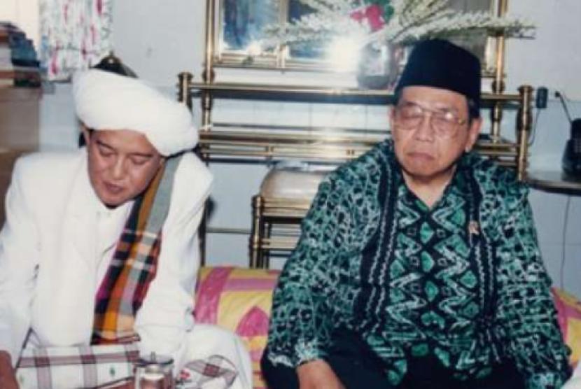 Guru Sekumpul dan Gus Dur (kanan) tampak dalam suatu acara