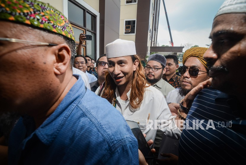 Habib Bahar bin Ali bin Smith (tengah) menjawab pertanyaan wartawan sebelum menjalani pemeriksaan perdana di Direktorat Kriminal Umum Polda Jawa Barat, Bandung, Jawa Barat, Selasa (18/12/2018).
