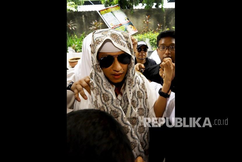 Habib Bahar bin Smith memasuki gedung saat akan menjalani pemeriksaan di Bareskrim Polri, Jakarta, Kamis (6/12)