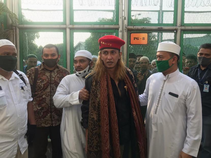 Habib  Bahar bin Smith (tengah)