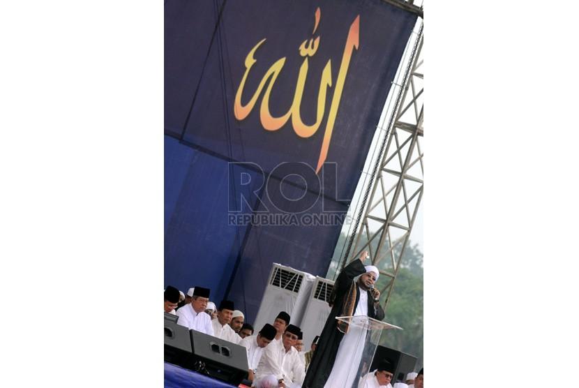 Habib Munzir bin Fuad Al-Musawa memberikan tausiyah kepada ribuan umat Islam dalam peringatan Maulid Nabi Muhammad SAW di kawasan Silang Monas, Jakarta Pusat, Kamis (24/1).(Republika/Aditya Pradana Putra )