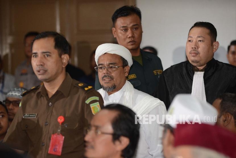 Habib Rizieq Shihab menjadi saksi dalam sidang terdakwa kasus dugaan penistaan agama Gubernur DKI Jakarta Basuki Tjahaja Purnama saat menjalani sidang yang digelar oleh Pengadilan Negeri Jakarta Utara di Auditorium Kementerian Pertanian, Jakarta, Selasa