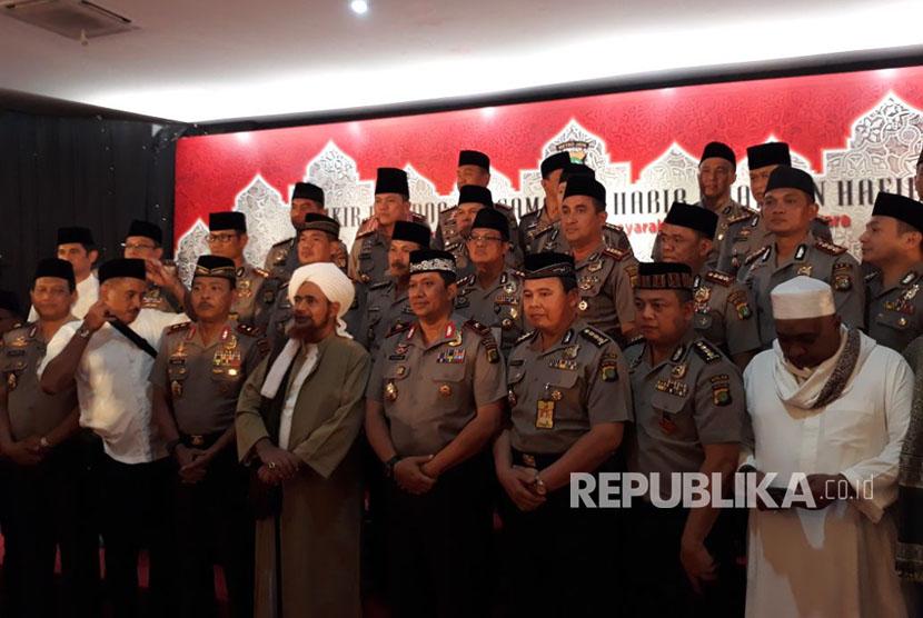Habib Umar bin Hafidz telah tiba di BPMJ dan langsung berfoto bersama jajaran Perwira Polda Metro Jaya, Jakarta, Selasa (17/10).