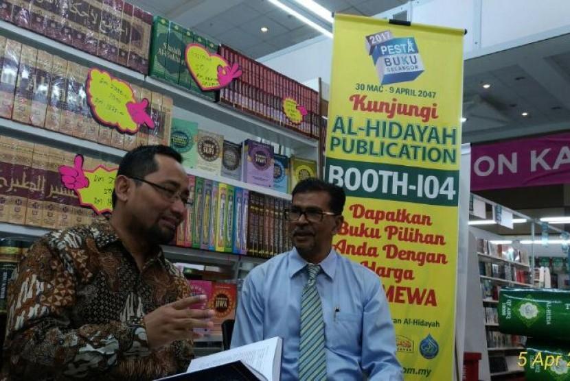 Habiburrahman El Shirazy (kiri) bersama Direktur Utama Al Hidayah Publisher Malaysia Encik Haji Kamaluddin Ibrahim, di Pesta Buku Selangor 2017, di Selangor, Malaysia, Rabu (5/4/2017).